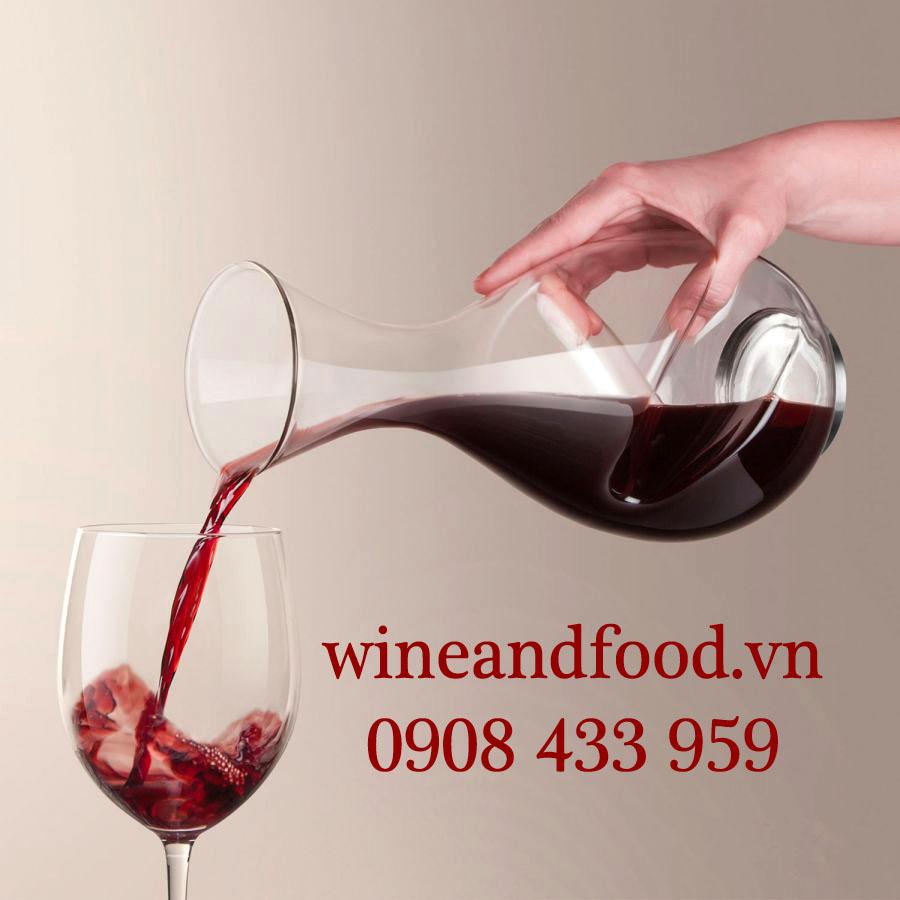 Decanter dùng để chiết rượu vang trước khi rót ra ly để thưởng thức.