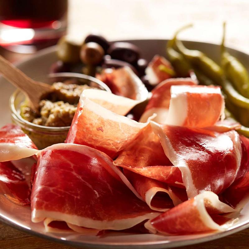 Món thịt đùi heo muối xông khói Jamón Iberico luôn gắn liền với những bữa tiệc xa hoa