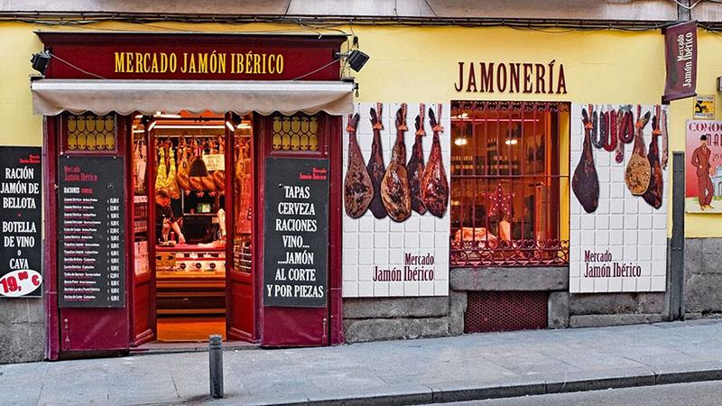 Một cửa hàng bán đặc sản đùi heo muối xông khói Iberico tại Tây Ban Nha